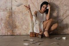 Frauensitzen allein und deprimiert Stockfoto