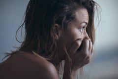 Frauensitzen allein und deprimiert Lizenzfreies Stockbild