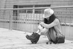 Frauensitzen düster Stockfotos