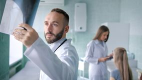Frauensitzung mit Team von zwei Doktoren im Ärztlichen Dienst oder im Krankenhaus stock footage