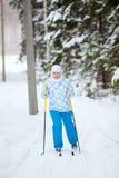 Frauenskifahren im Winterwald Lizenzfreie Stockfotografie