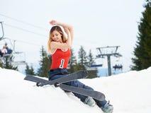 Frauenskifahrer auf die Oberseite des schneebedeckten Hügels mit Skis am Skiort Stockbild