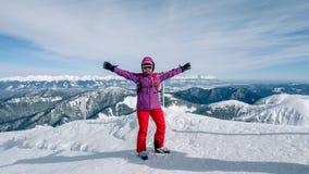 Frauenskifahrer, der die beste Bahn findet Skifahrer, der unten zum Tal schaut Warterechter Moment Beste Wahl Chopok, niedriges T stockfotos