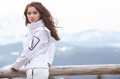 Frauensnowboarder Frost, dunkelblauer Himmel Schönes Mädchen auf snobord Stockfotos
