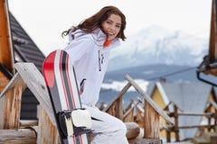 Frauensnowboarder Frost, dunkelblauer Himmel Schönes Mädchen auf snobord in Stockfoto