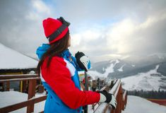 Frauensnowboarder im Winter am Skiort auf Hintergrund des Himmels Stockfoto
