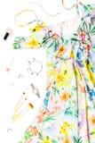 Frauensommerkleid, Zubehör und bilden Einzelteile auf weißem Hintergrund Sommermodekollektion lizenzfreie stockbilder