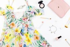 Frauensommerkleid, Zubehör und bilden Einzelteile auf weißem Hintergrund Sommermodekollektion lizenzfreie stockfotografie