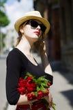 Frauensonnenbrillen und -strohhut Stockfotos