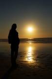 Frauensonnenuntergangschattenbild Stockfotos