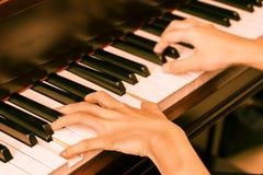 Frauenspiel das Klavier Weinlesefiltereffekt Klavierkonzept Lizenzfreies Stockbild