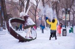 Frauenspiel mit Schnee Stockfoto