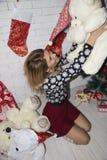 Frauenspiel mit Teddybären lizenzfreie stockfotografie
