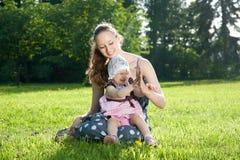 Frauenspiele mit einer Tochter Lizenzfreies Stockbild