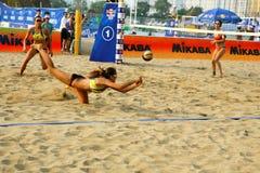 Frauenspielerabwehr im Strand-Volleyballspiel Lizenzfreie Stockfotografie