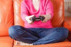 Frauenspielvideospiele Stockfotografie