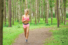 Frauensport, laufend in den Park stockfotografie
