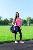 Frauensporttasche auf dem draußen ausbildenden Stadion Lizenzfreies Stockbild