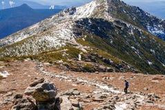 Frauenspur, die in die Berge läuft Stockfoto