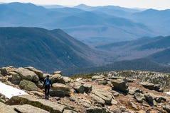 Frauenspur, die in die Berge läuft Stockbild