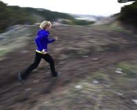 Frauenspur, die in Berge läuft Lizenzfreies Stockbild