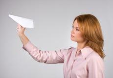 Frauenstartendes Papierflugzeug Stockfoto