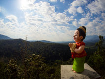 Frauenstatue bittet Wai im Tempel auf Chiangdao-Berg, c Lizenzfreie Stockfotos