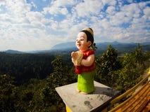 Frauenstatue bittet Wai im Tempel auf Chiangdao-Berg, c Stockfotografie