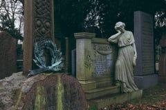 Frauenstatue, die auf Grab in Dekan Cemetery, Edinburgh sich lehnt stockfotos