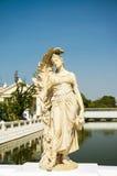 Frauenstatue im Knallschmerzpalast Stockfoto