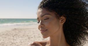 Frauenstellung auf dem Strand 4k stock footage
