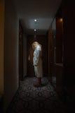 Frauenstellung, gehen gebeugt, in der Halle voran Lizenzfreie Stockfotografie
