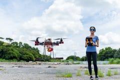 Frauensteuerung das Drohnenfliegen Lizenzfreie Stockfotografie