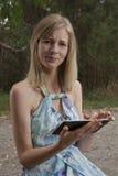 Frauenstirnrunzeln mit Tablette Stockfotografie