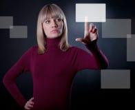 Frauenstoß die Taste lizenzfreie stockfotos