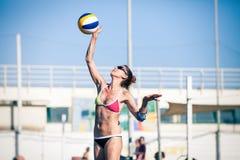 Frauenstrand-Volleyballspieler lizenzfreie stockbilder