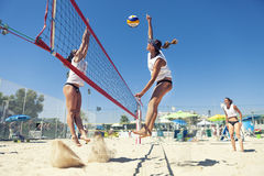 Frauenstrand-Volleyballspieler Angriff und Verteidigung Stockbilder