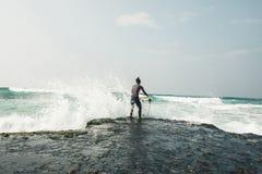 Frauensurfer mit Surfbrett stockfotos