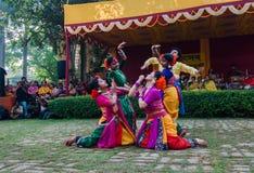 Frauentänzer, die in Holi-Feier, Indien durchführen Stockfoto