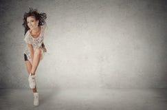 Frauentänzer steht, zeigend Hip-Hop-Bewegungshaltung stockfotografie