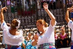 Frauentanz flamenko amerikanischer Nationalstandard singen nahe Màlaga-Kathedrale am Stadtfeiertag von heiligem Jungfrau Maria stockbild