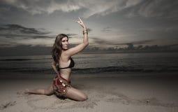 Frauentanzen auf dem Strand Lizenzfreie Stockfotografie