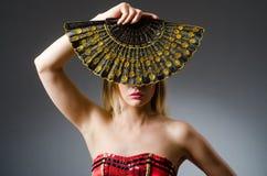 Frauentanzen mit Fans Lizenzfreies Stockfoto