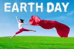 Frauentanzen mit Tag der Erde-Text Lizenzfreie Stockfotografie