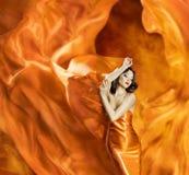 Frauentanzenseidenkleidfeuerflamme künstlerischer orange Burningschlag Stockbilder