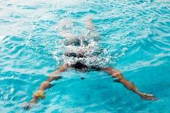 Frauentauchen in einem Swimmingpool lizenzfreie stockfotografie