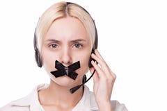 Frauentelefonist in den Kopfhörern mit einem Mikrofon kann nicht Lizenzfreie Stockfotografie