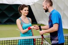 Frauentennisspieler mit ihrem Trainer Lizenzfreies Stockbild