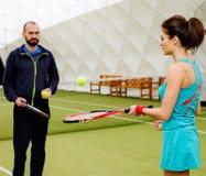 Frauentennisspieler und ihr Trainer Stockbild