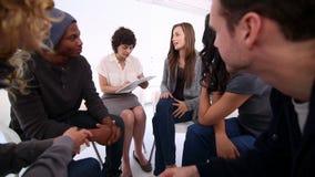 Frauentherapeut, der Kenntnis nimmt stock video